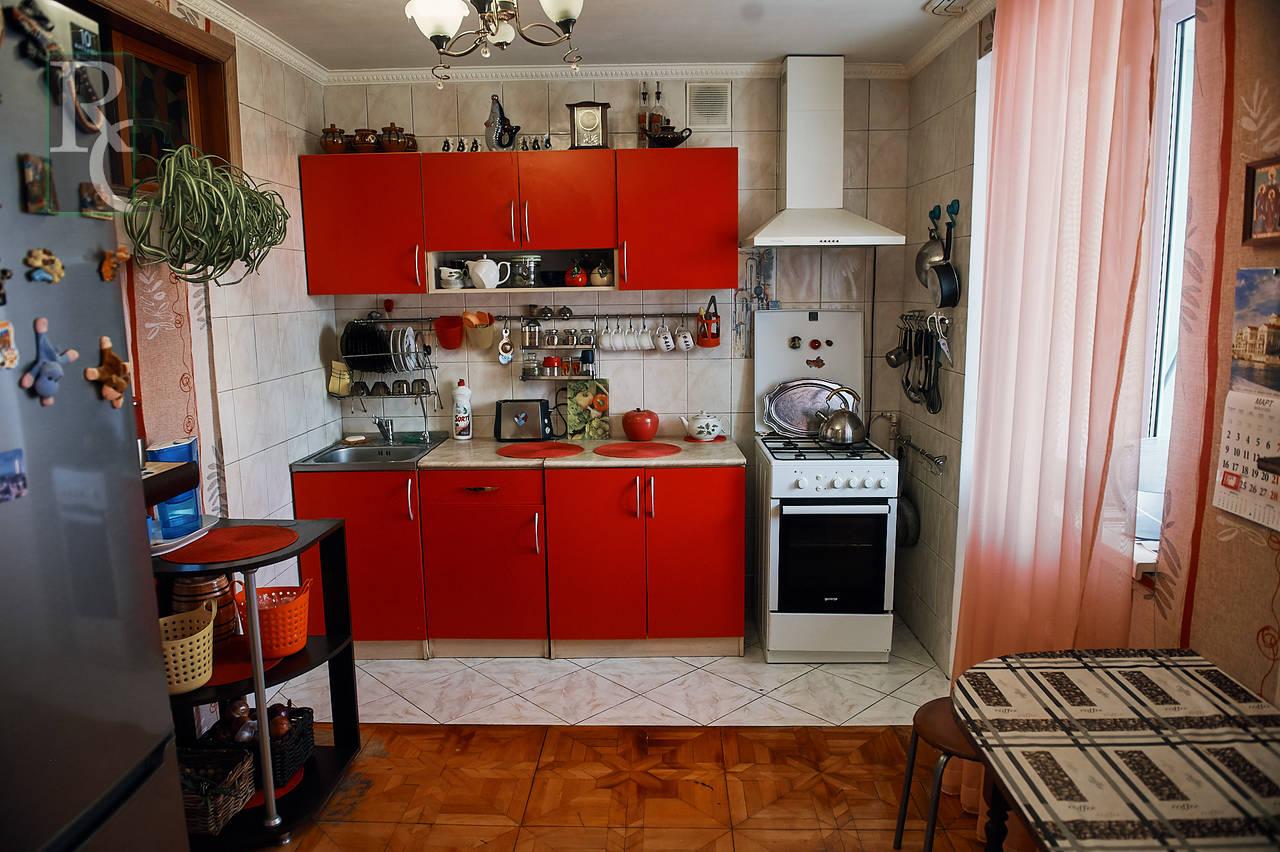 Продам трехкомнатную квартиру на улице Молодых Строителей д. 16.