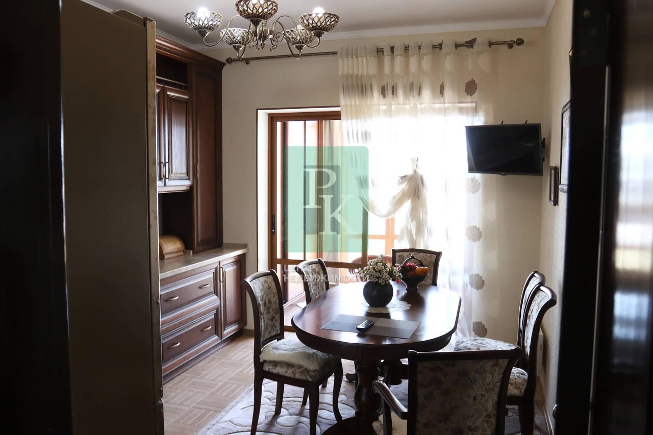 Супервидовая двухкомнатная квартира на Античном в классическом стиле