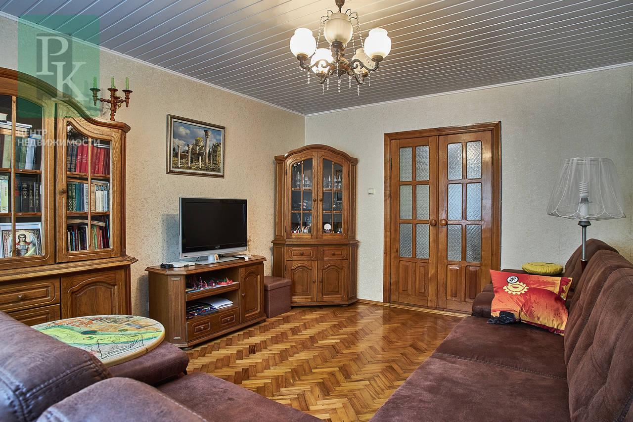 Продается большая двухкомная квартира на Генерала Острякова,203!